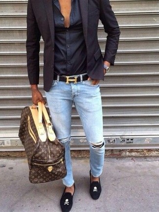 Wie kombinieren: dunkelblaues Sakko, schwarzes Seide Businesshemd, hellblaue enge Jeans mit Destroyed-Effekten, schwarze bestickte Wildleder Slipper
