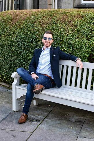 Wie kombinieren: dunkelblaues Sakko, hellblaues vertikal gestreiftes Businesshemd, blaue enge Jeans, braune Chukka-Stiefel aus Leder