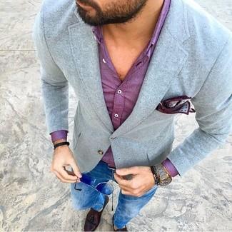 Wie kombinieren: graues Wollsakko, lila Businesshemd, blaue enge Jeans, dunkelbraune Leder Slipper mit Quasten