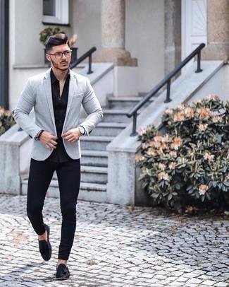 Silberne Uhr kombinieren – 500+ Herren Outfits: Ein graues Sakko und eine silberne Uhr sind eine ideale Outfit-Formel für Ihre Sammlung. Schwarze Wildleder Slipper mit Quasten putzen umgehend selbst den bequemsten Look heraus.