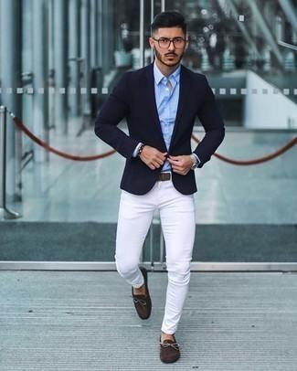 Silberne Uhr kombinieren – 500+ Herren Outfits: Ein dunkelblaues Sakko und eine silberne Uhr sind eine perfekte Wochenend-Kombination. Vervollständigen Sie Ihr Outfit mit dunkelbraunen Wildleder Mokassins, um Ihr Modebewusstsein zu zeigen.