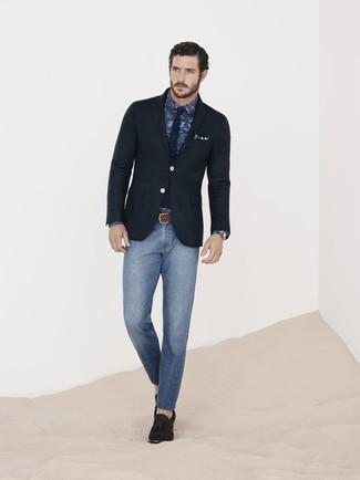 Wie kombinieren: schwarzes Sakko, dunkelblaues Businesshemd mit Paisley-Muster, blaue enge Jeans, dunkelbraune Wildleder Slipper mit Quasten