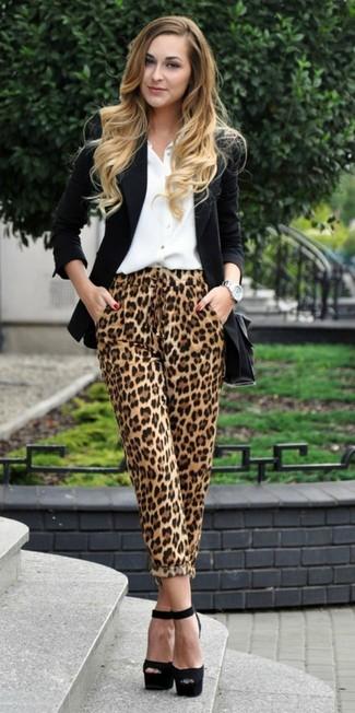 Wie kombinieren: schwarzes Sakko, weißes Businesshemd, beige Freizeithose mit Leopardenmuster, schwarze klobige Wildleder Sandaletten