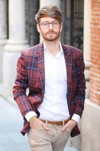 Wie kombinieren: rotes und dunkelblaues Sakko mit Schottenmuster, weißes Businesshemd, beige Jeans, rotbrauner Ledergürtel