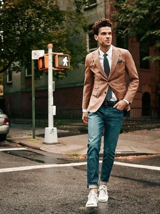 Die Kombination aus einem braunen Wollsakko und dunkelblauen Jeans eignet sich hervorragend zum Ausgehen oder für modisch-lässige Anlässe. Bringen Sie die Dinge durcheinander, indem Sie weißen niedrige Sneakers mit diesem Outfit tragen.