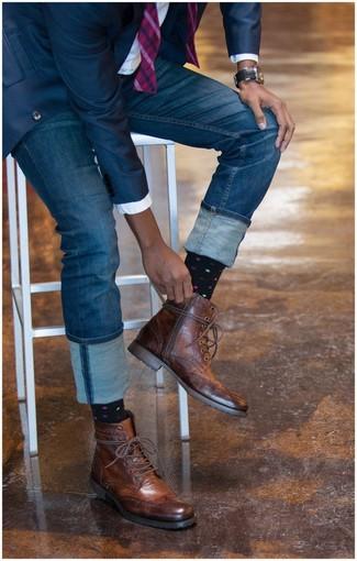 Paaren Sie ein dunkelblaues Sakko mit blauen Jeans, um einen modischen Freizeitlook zu kreieren. Fühlen Sie sich ideenreich? Komplettieren Sie Ihr Outfit mit braunen brogue stiefeln aus leder.