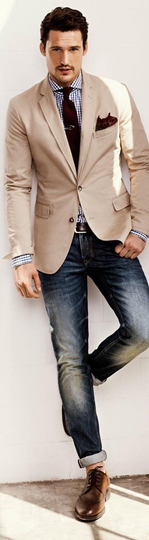 Etwas Einfaches wie die Paarung aus einem hellbeige Sakko und dunkelblauen Jeans kann Sie von der Menge abheben. Braune Leder Brogues sind eine perfekte Wahl, um dieses Outfit zu vervollständigen.