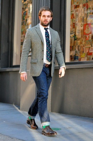 Wie kombinieren: graues Wollsakko, weißes Businesshemd, dunkelblaue Jeans, braune Leder Brogues