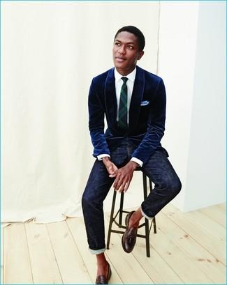 Wie kombinieren: dunkelblaues Samtsakko, weißes Businesshemd, dunkelblaue Jeans, dunkelbraune Leder Slipper mit Quasten