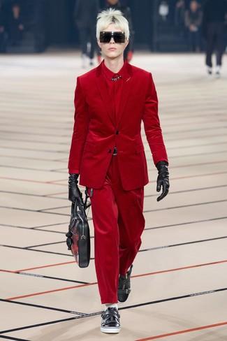 rotes Kordsakko, rotes Businesshemd, rote Kordjeans, schwarze Leder niedrige Sneakers für Herren