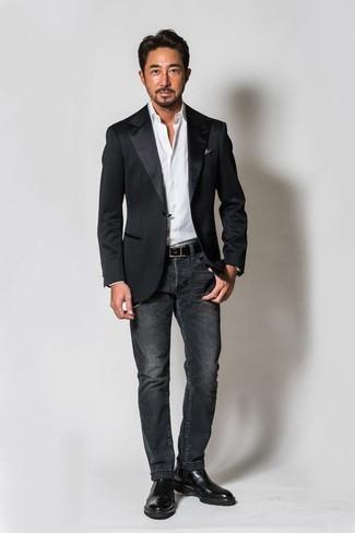 Wie kombinieren: schwarzes Satinsakko, weißes Businesshemd, dunkelgraue Jeans, schwarze Chelsea-Stiefel aus Leder