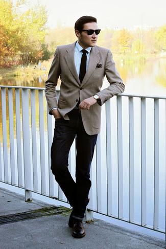 Wie kombinieren: beige Sakko, hellblaues Businesshemd, schwarze Jeans, dunkelbraune Leder Derby Schuhe
