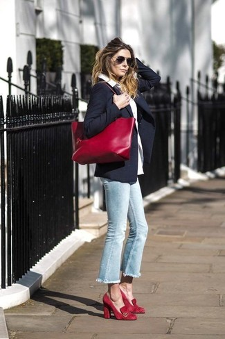 Wie kombinieren: dunkelblaues Sakko, weißes Businesshemd, hellblaue Jeans, rote Wildleder Pumps