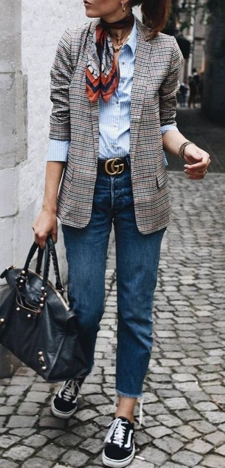 Wie kombinieren: graues Sakko mit Schottenmuster, hellblaues vertikal gestreiftes Businesshemd, dunkelblaue Jeans, schwarze Segeltuch niedrige Sneakers