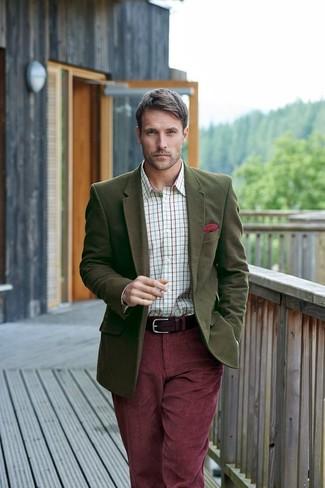Wie kombinieren: olivgrünes Wollsakko, weißes Businesshemd mit Karomuster, dunkelrote Kordjeans, rotes Einstecktuch