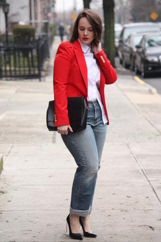 Wie kombinieren: rotes Sakko, weißes Businesshemd, graue Jeans mit Destroyed-Effekten, schwarze Leder Pumps