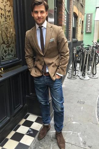 Wie kombinieren: braunes Wollsakko, hellblaues Businesshemd, blaue Jeans, braune Chelsea-Stiefel aus Wildleder