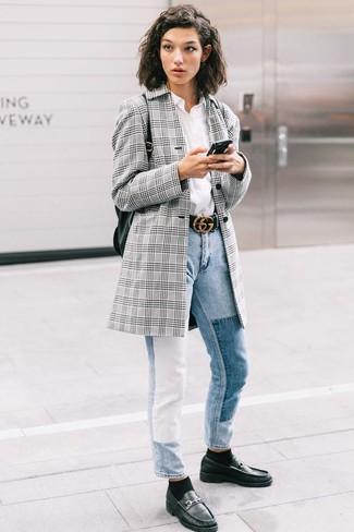 Wie kombinieren: graues Sakko mit Schottenmuster, weißes Businesshemd, hellblaue Jeans, schwarze Leder Slipper
