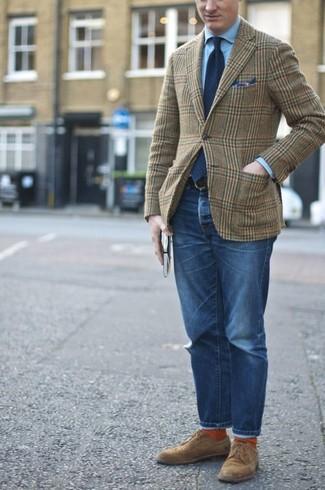 Wie kombinieren: olivgrünes Wollsakko mit Schottenmuster, hellblaues Businesshemd, blaue Jeans, braune Wildleder Derby Schuhe