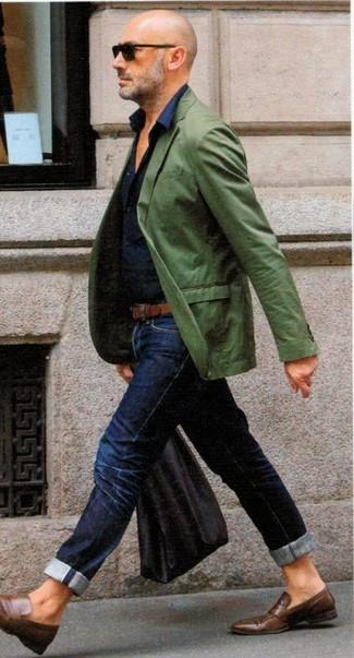 Wie kombinieren: grünes Sakko, dunkelblaues Businesshemd, dunkelblaue Jeans, braune Leder Slipper