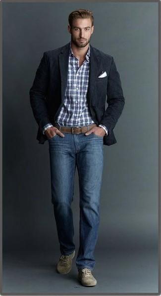 Wie kombinieren: schwarzes Sakko, weißes und dunkelblaues Businesshemd mit Schottenmuster, blaue Jeans, olivgrüne Wildleder niedrige Sneakers