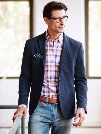 Wie kombinieren: schwarzes Sakko, rosa Businesshemd mit Vichy-Muster, blaue Jeans, schwarzes und weißes Einstecktuch