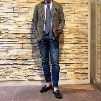 Wie kombinieren: braunes Sakko mit Karomuster, weißes Businesshemd, dunkelblaue Jeans, schwarze Leder Slipper mit Quasten