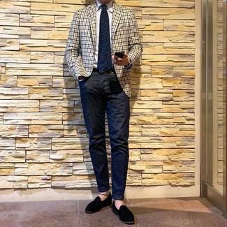 hellbeige Sakko mit Vichy-Muster, weißes Businesshemd, dunkelblaue Jeans, schwarze Wildleder Slipper mit Quasten für Herren