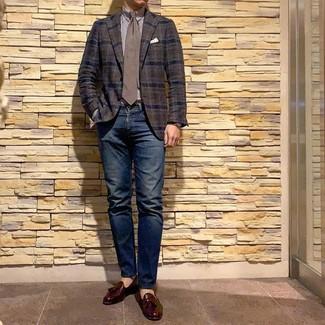 Wie kombinieren: dunkelbraunes Sakko mit Schottenmuster, weißes und braunes vertikal gestreiftes Businesshemd, dunkelblaue Jeans, dunkelrote Leder Slipper mit Quasten