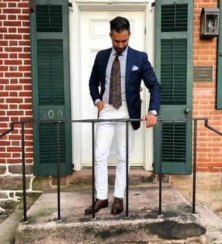 Wie kombinieren: dunkelblaues Sakko, hellblaues Businesshemd, weiße Jeans, dunkelbraune Leder Oxford Schuhe