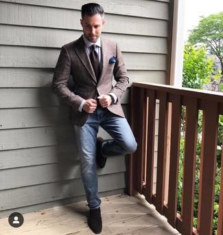 Wie kombinieren: dunkelbraunes Sakko mit Schottenmuster, weißes Businesshemd, blaue Jeans, dunkelbraune Wildleder Slipper