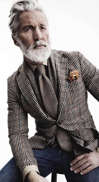 Perfektionieren Sie den modischen Freizeitlook mit einem braunen Sakko mit Hahnentritt-Muster und dunkelblauen Jeans.