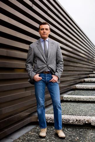 Graues Wollsakko kombinieren: trends 2020: Die Paarung aus einem grauen Wollsakko und blauen Jeans ist eine großartige Wahl für einen Tag im Büro. Hellbeige Chukka-Stiefel aus Wildleder sind eine gute Wahl, um dieses Outfit zu vervollständigen.