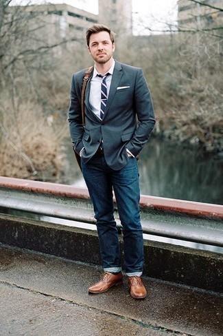 Dunkelblaue horizontal gestreifte Krawatte kombinieren: trends 2020: Tragen Sie ein dunkelgrünes Sakko und eine dunkelblaue horizontal gestreifte Krawatte, um vor Klasse und Perfektion zu strotzen. Braune Leder Oxford Schuhe sind eine ideale Wahl, um dieses Outfit zu vervollständigen.