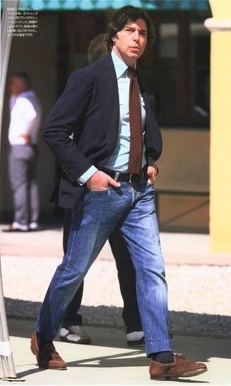 Braune Strick Krawatte kombinieren: trends 2020: Kombinieren Sie ein dunkelblaues Sakko mit einer braunen Strick Krawatte für einen stilvollen, eleganten Look. Vervollständigen Sie Ihr Look mit braunen Wildleder Slippern mit Quasten.