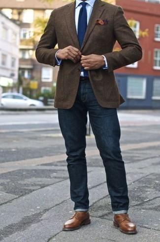 Braune Leder Derby Schuhe kombinieren: trends 2020: Kombinieren Sie ein dunkelbraunes Sakko mit dunkelblauen Jeans, um einen eleganten, aber nicht zu festlichen Look zu kreieren. Braune Leder Derby Schuhe bringen Eleganz zu einem ansonsten schlichten Look.