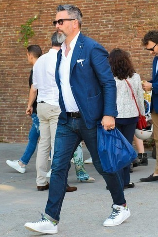 Weiße Leder niedrige Sneakers kombinieren: Smart-Casual-Outfits für Sommer: trends 2020: Kombinieren Sie ein dunkelblaues Sakko mit dunkelblauen Jeans für Ihren Bürojob. Fühlen Sie sich mutig? Ergänzen Sie Ihr Outfit mit weißen Leder niedrigen Sneakers. Ein super Sommer-Outfit.