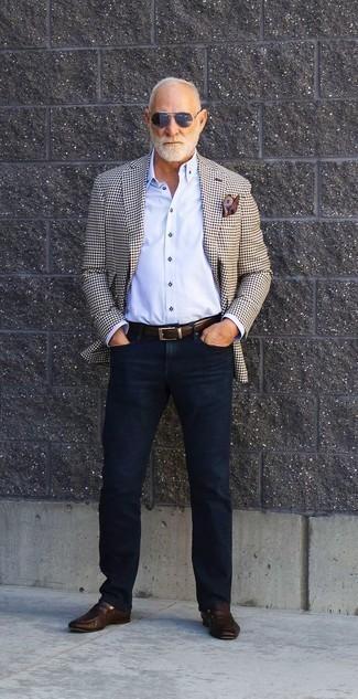 Herren Outfits & Modetrends 2020: Kombinieren Sie ein hellbeige Sakko mit Karomuster mit dunkelblauen Jeans, um mühelos alles zu meistern, was auch immer der Tag bringen mag. Heben Sie dieses Ensemble mit dunkelbraunen Leder Slippern hervor.