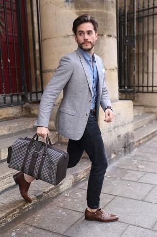Reisetasche kombinieren: trends 2020: Paaren Sie ein graues Sakko mit einer Reisetasche für einen entspannten Wochenend-Look. Braune Doppelmonks aus Leder sind eine einfache Möglichkeit, Ihren Look aufzuwerten.