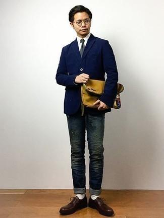 Dunkelblaues Sakko kombinieren: trends 2020: Die modische Kombination aus einem dunkelblauen Sakko und dunkelblauen Jeans ist perfekt für einen Tag im Büro. Ergänzen Sie Ihr Outfit mit dunkelroten Leder Derby Schuhen, um Ihr Modebewusstsein zu zeigen.