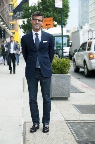 Herren Outfits & Modetrends 2020: Kombinieren Sie ein dunkelblaues Sakko mit dunkelblauen Jeans, um einen modischen Freizeitlook zu kreieren. Fühlen Sie sich ideenreich? Komplettieren Sie Ihr Outfit mit schwarzen Leder Slippern mit Quasten.