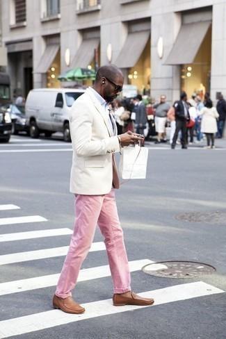 Beige Leder Slipper kombinieren – 48 Herren Outfits: Paaren Sie ein weißes Sakko mit rosa Jeans für einen für die Arbeit geeigneten Look. Fühlen Sie sich ideenreich? Vervollständigen Sie Ihr Outfit mit beige Leder Slippern.
