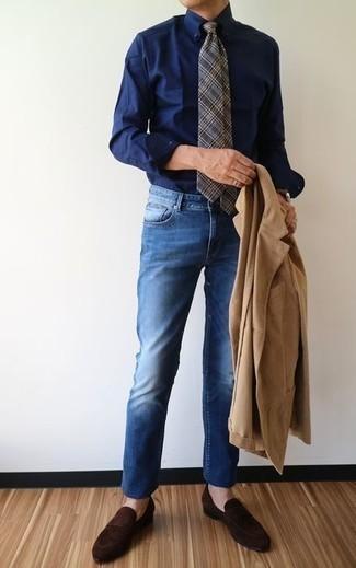 Dunkelblaues Businesshemd kombinieren: trends 2020: Vereinigen Sie ein dunkelblaues Businesshemd mit blauen Jeans, wenn Sie einen gepflegten und stylischen Look wollen. Vervollständigen Sie Ihr Outfit mit dunkelbraunen Wildleder Slippern, um Ihr Modebewusstsein zu zeigen.