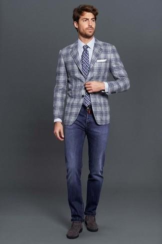 Graue Chelsea Boots aus Wildleder kombinieren – 77 Herren Outfits: Kombinieren Sie ein graues Sakko mit Schottenmuster mit blauen Jeans für ein großartiges Wochenend-Outfit. Graue Chelsea Boots aus Wildleder bringen Eleganz zu einem ansonsten schlichten Look.