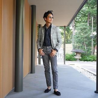 Graue Jeans kombinieren – 500+ Herren Outfits: Erwägen Sie das Tragen von einem grauen Sakko mit Schottenmuster und grauen Jeans, um einen lockeren, aber dennoch stylischen Look zu erhalten. Fühlen Sie sich ideenreich? Entscheiden Sie sich für dunkelblauen Wildleder Slipper mit Quasten.