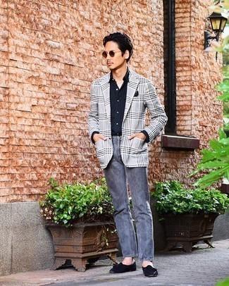 Graue Jeans kombinieren – 500+ Herren Outfits: Erwägen Sie das Tragen von einem grauen Sakko mit Schottenmuster und grauen Jeans für ein Alltagsoutfit, das Charakter und Persönlichkeit ausstrahlt. Dunkelblaue Wildleder Slipper mit Quasten sind eine einfache Möglichkeit, Ihren Look aufzuwerten.