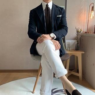 Smart-Casual Outfits Herren 2020: Kombinieren Sie ein dunkelblaues Sakko mit weißen Jeans für Ihren Bürojob. Fühlen Sie sich ideenreich? Entscheiden Sie sich für dunkelbraunen Wildleder Slipper.
