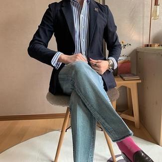 Hellblaue Jeans kombinieren – 500+ Herren Outfits warm Wetter: Entscheiden Sie sich für ein dunkelblaues Sakko und hellblauen Jeans, um einen modischen Freizeitlook zu kreieren. Putzen Sie Ihr Outfit mit dunkelbraunen Leder Slippern.