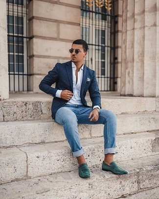 Graues bedrucktes Einstecktuch kombinieren – 32 Herren Outfits: Für ein bequemes Couch-Outfit, kombinieren Sie ein dunkelblaues Sakko mit einem grauen bedruckten Einstecktuch. Fügen Sie dunkelgrünen Wildleder Slipper für ein unmittelbares Style-Upgrade zu Ihrem Look hinzu.