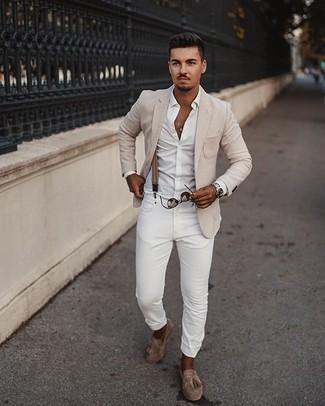 Smart-Casual Outfits Herren 2020: Die Paarung aus einem hellbeige Sakko und weißen Jeans ist eine gute Wahl für einen Tag im Büro. Fühlen Sie sich mutig? Komplettieren Sie Ihr Outfit mit beige Wildleder Slippern mit Fransen.